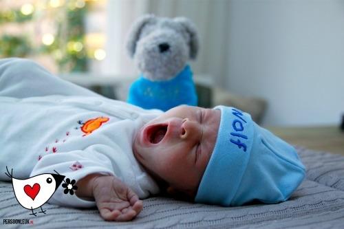 Babymuts met naam borduring licht blauw jongen kraamcadeau